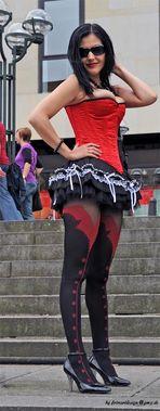 mal im Stehen....gut zu sehen .....( sie zeigt sich gern in Corsagen...)