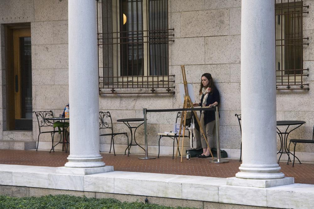 Malerin im Hof der Public Library von Boston