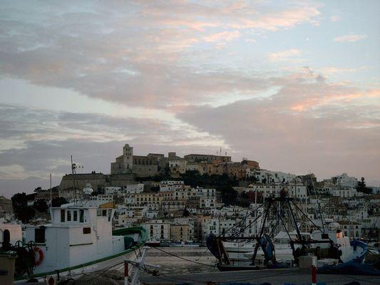 Malerischer Blick über den Hafen von Ibiza