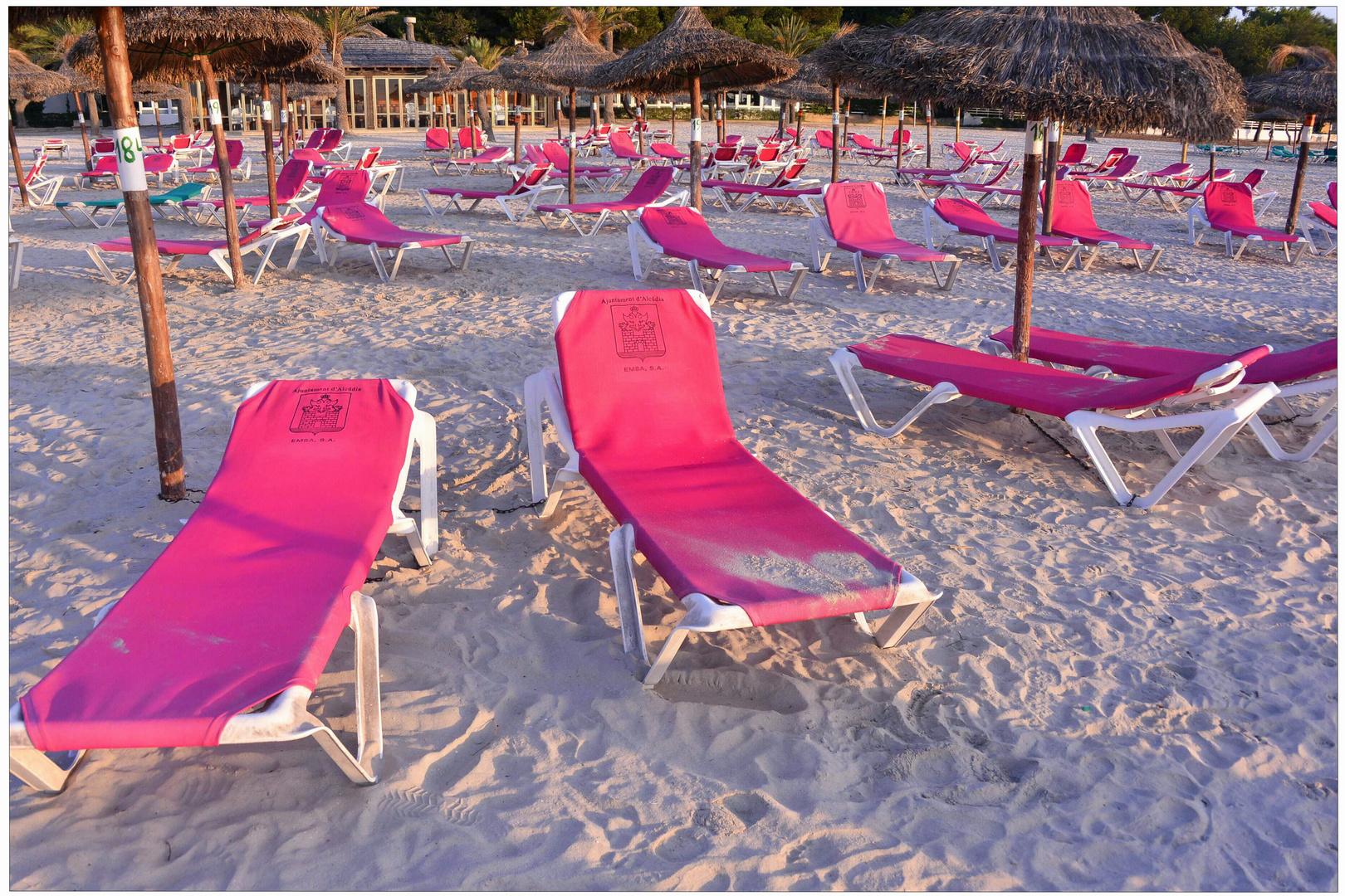Mallorca 2012, Playa de Alcúdia, tumbonas en la playa, por la mañana