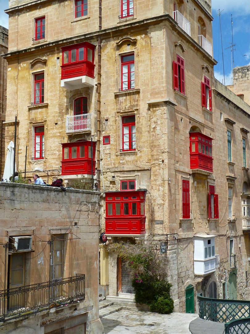 Malta-Balkone in Rot