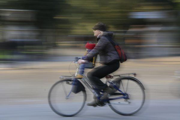 mamma in bici