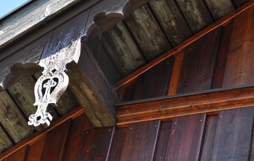 ..man hat zwar renoviert - aber das schöne alte Dachdetail hat man schön alt sein lassen