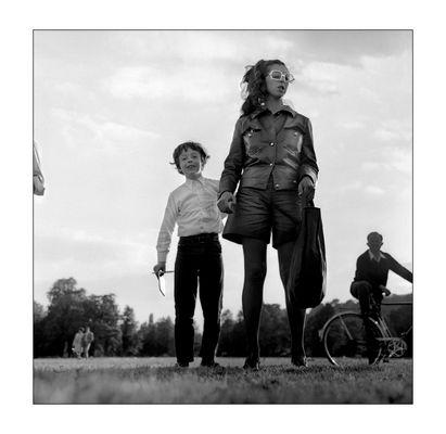 Man muß den Künstlerinnen beim Fotografieren zu Füßen liegen. Jeanne-Claude and her Son documenta 4.