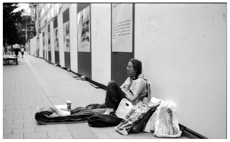 man sieht es ihr nicht direkt an, aber auch sie sitzt auf der Straße