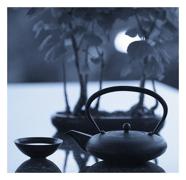 Man trinkt Tee, um den Lärm der Welt zu vergessen