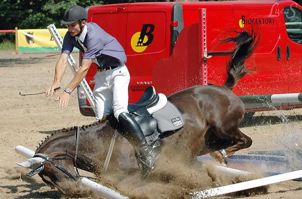 Manchmal es ist hart fuer den Pferd und den Reiter
