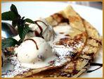 Mandelpfannkuchen mit Walnusseis und Schokolade