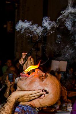 mangiatore di fuoco