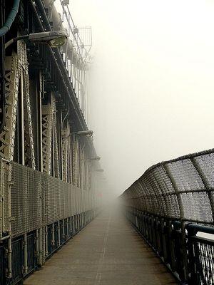 Manhattan Bridge im Nebel