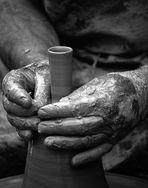 Mani plasmano L'argilla