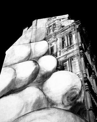 Mani sulla città (b/n)