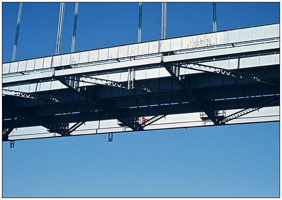 Mann auf Narrow Bridge