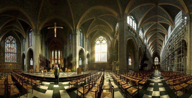 Mann beim Gebet in der Kirche - Panorama
