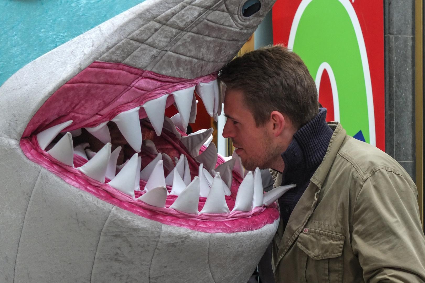 Mann beißt Hai!