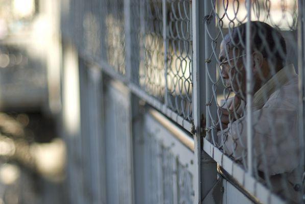 Mann hinter Gittern