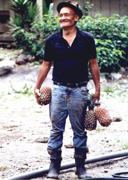Mann mit Ananas