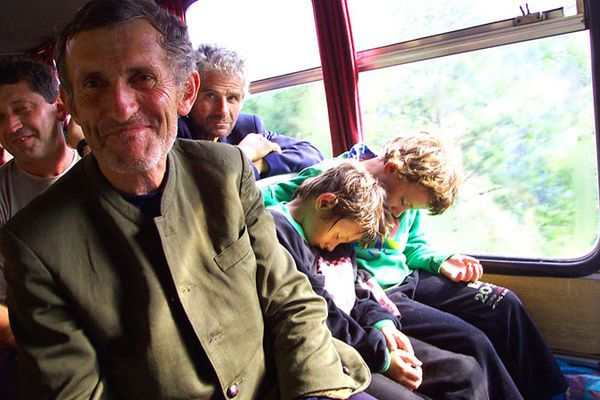Mann mit seinen zwei kleinen schlafenden Söhnen
