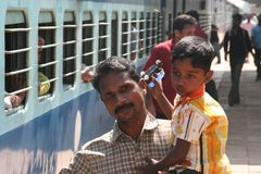 Mann mit Sohn am Bahnsteig in Kerala