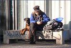 Mann  Parkbank mit Hund
