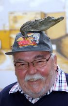 Mann trägt Hut