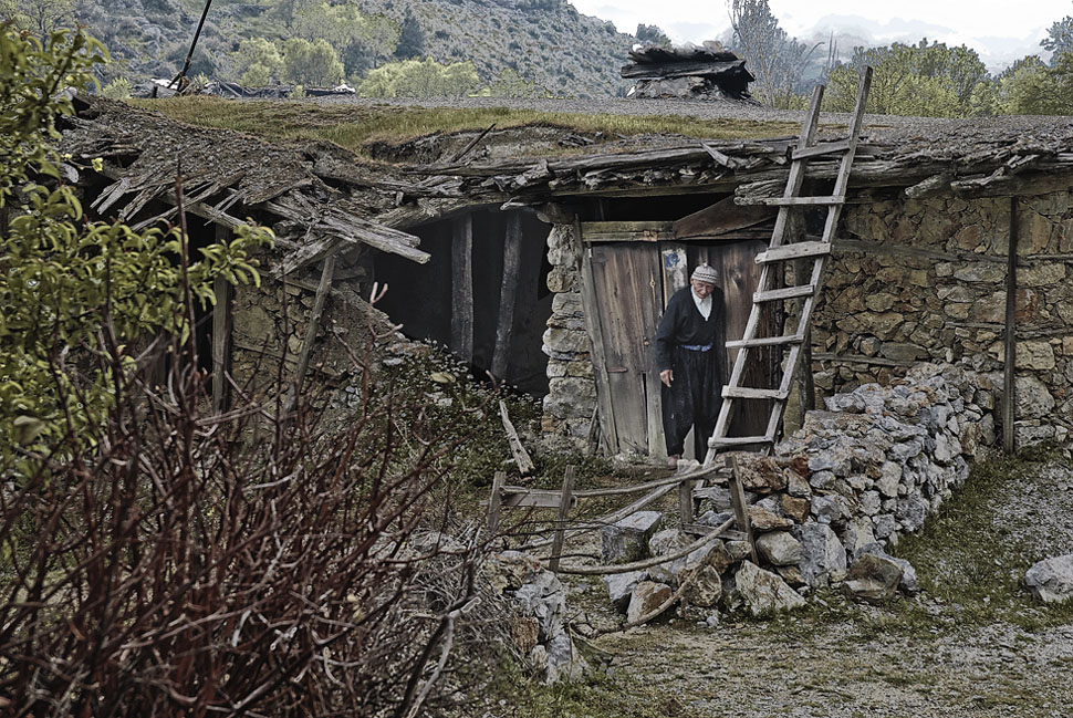Mann vor seiner Lehmhütte im Taurusgebirge
