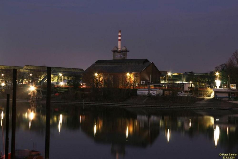 Mannheim: Altrhein mit Spiegelfabrik bei Nacht