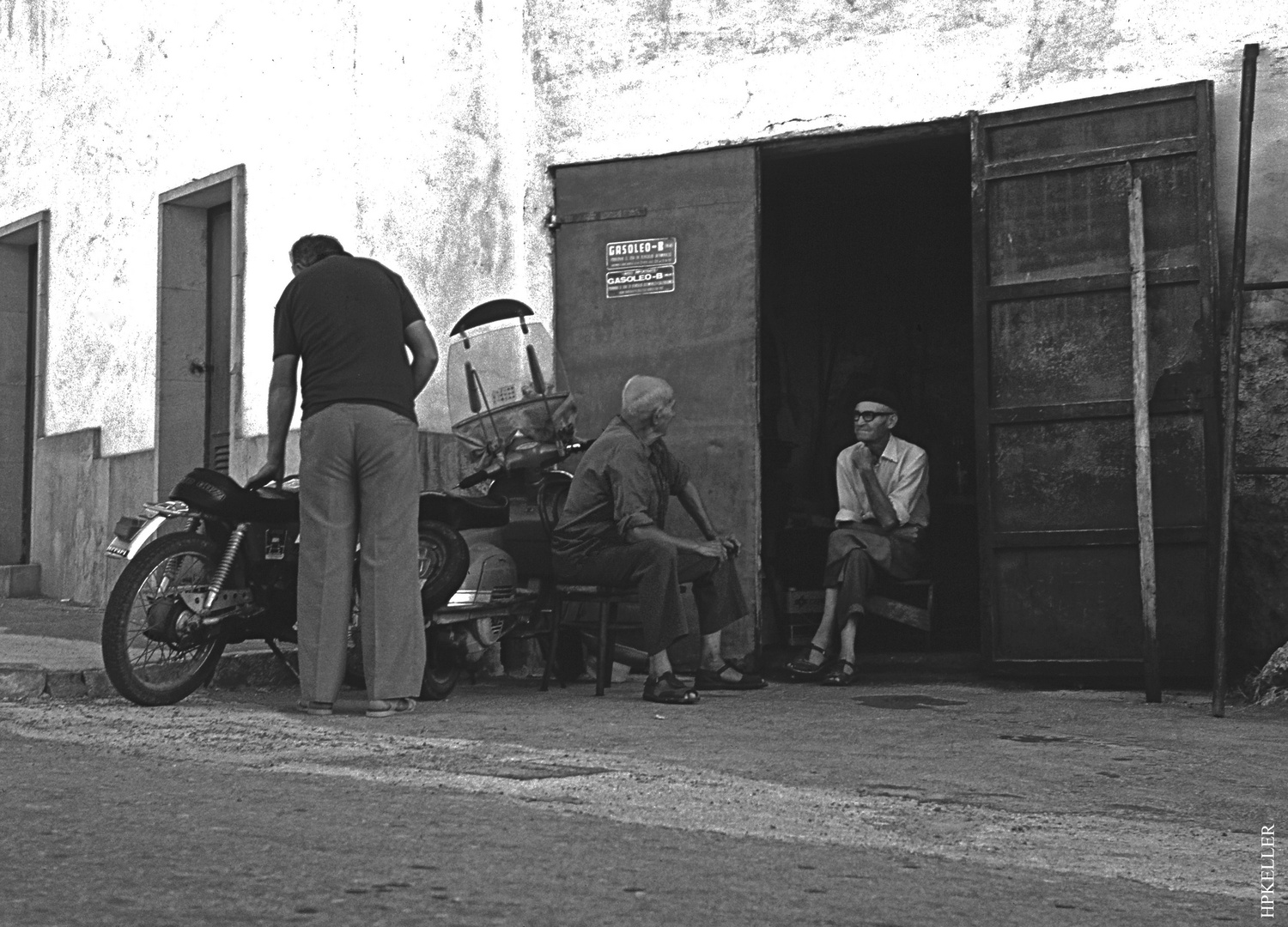 Many years ago in Cala Figuera, Mallorca, ...technical discussion among bikers - Analog from 1983