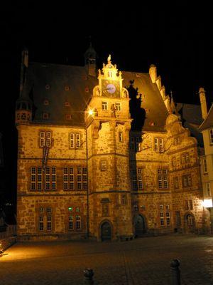 Marburger Rathaus bei Nacht
