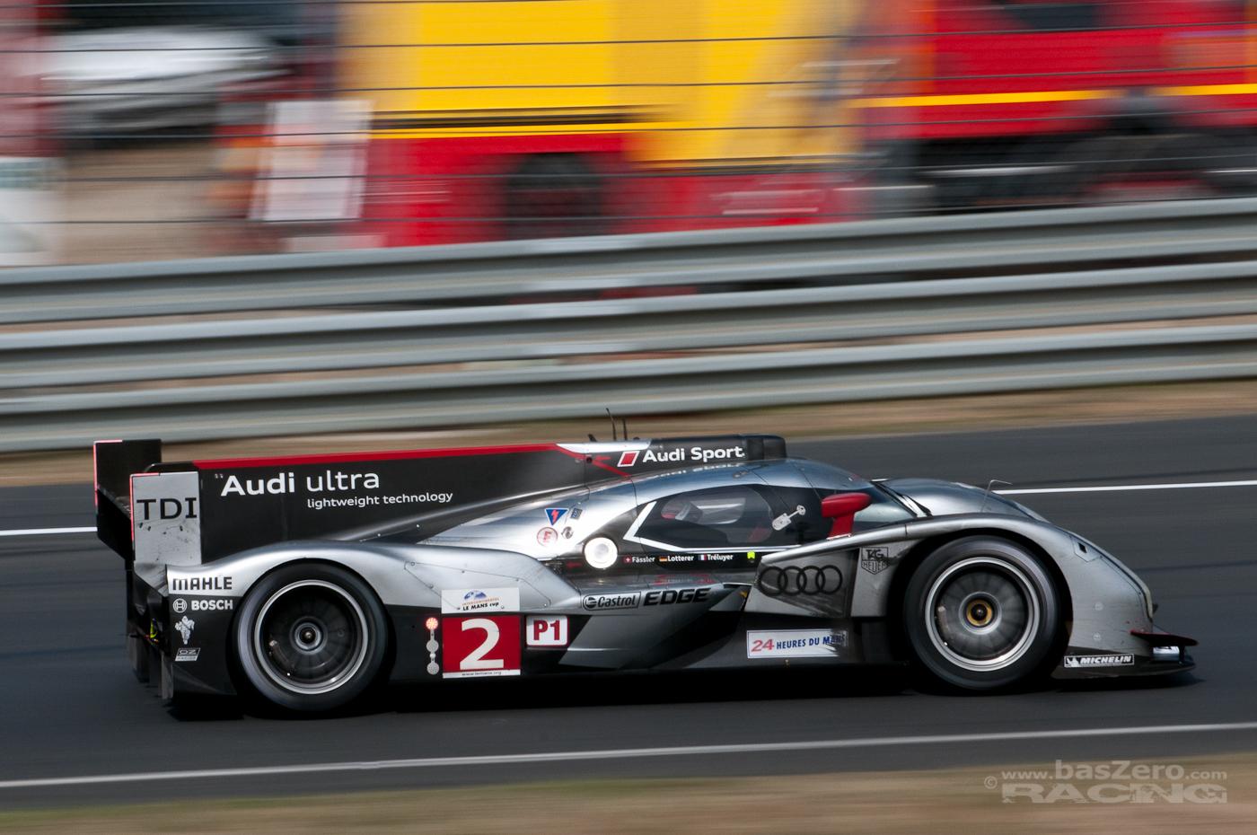 Marcel Fässler im Siegerfahrzeug #2 bei der Porschekurve (Le Mans 2011)