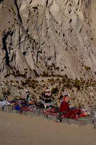Marchandes ambulantes dans le canyon de Colca, Pérou