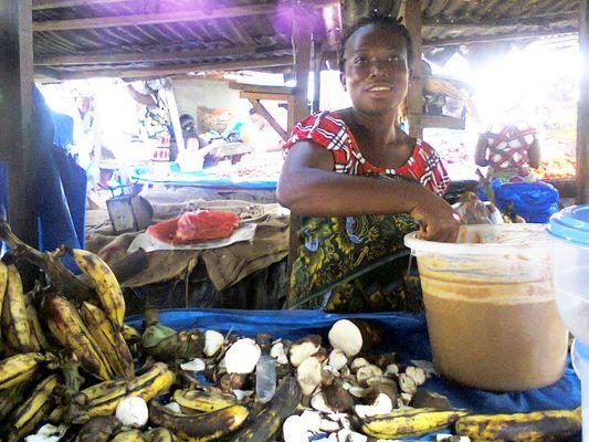 Marché à Abidjan-Cocody. Etale, vente de vivrier