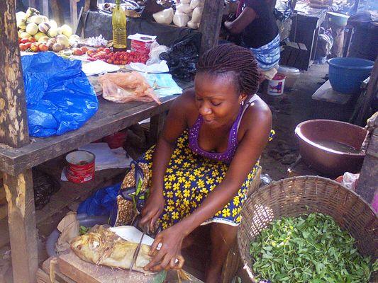 Marché à Abidjan-Cocody. Préparation