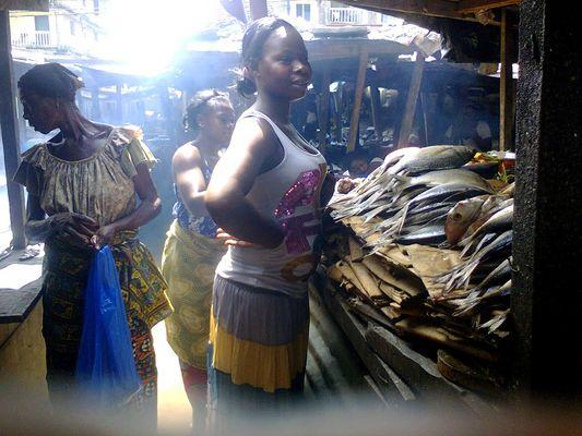 Marché à Abidjan-Cocody. Étale de poisson