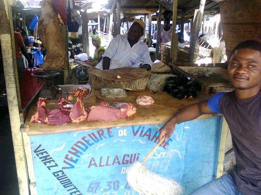 Marché à Abidjan-Cocody. Étale de viande