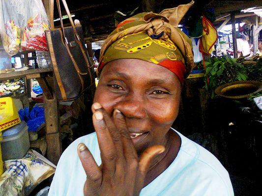 Marché à Abidjan-Cocody. Une commerçante