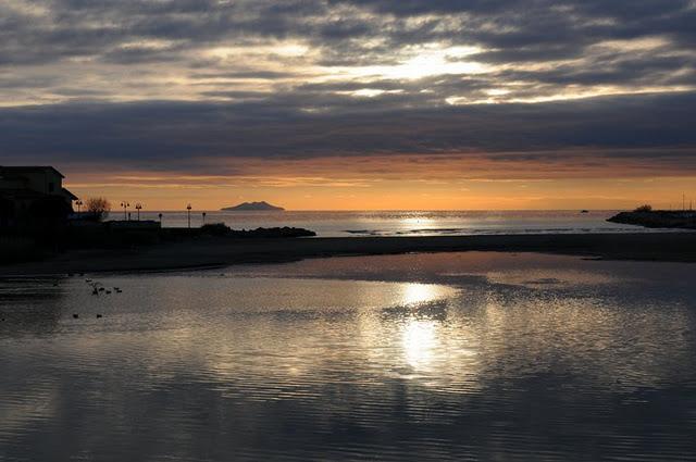 Mare d 39 inverno al tramonto foto immagini paesaggi mare for Immagini sfondo mare