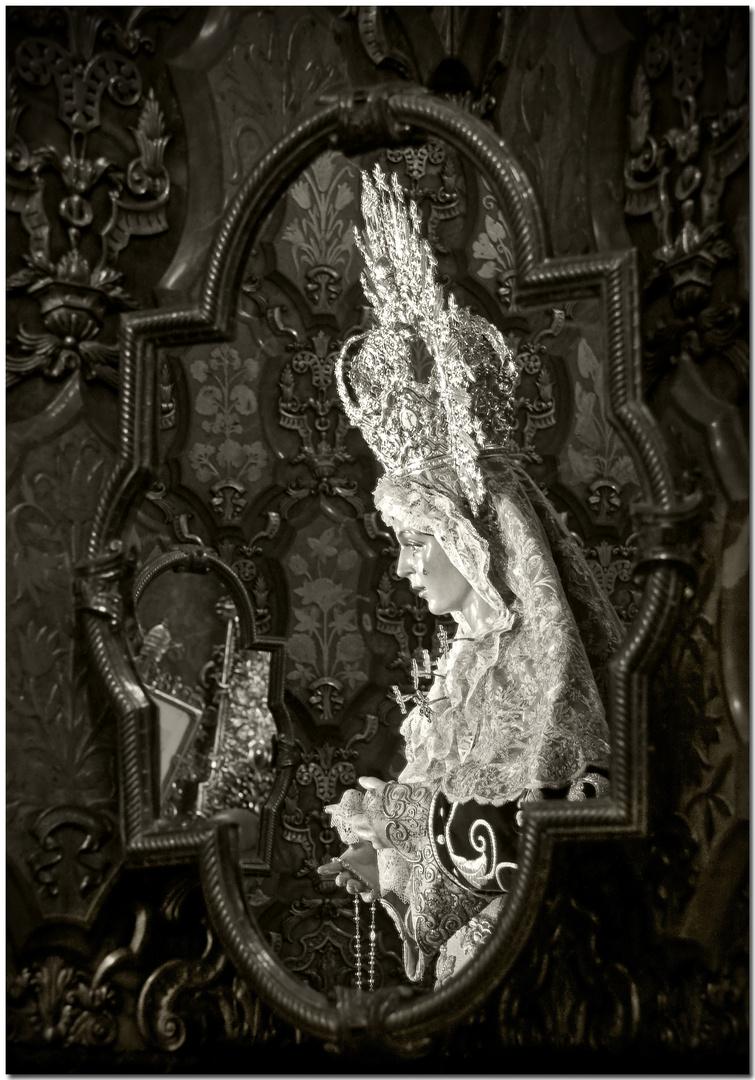 María Santísima de la Esperanza Macarena en el espejo