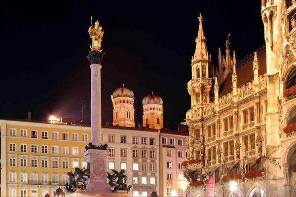 Marienplatz in München bei Nacht