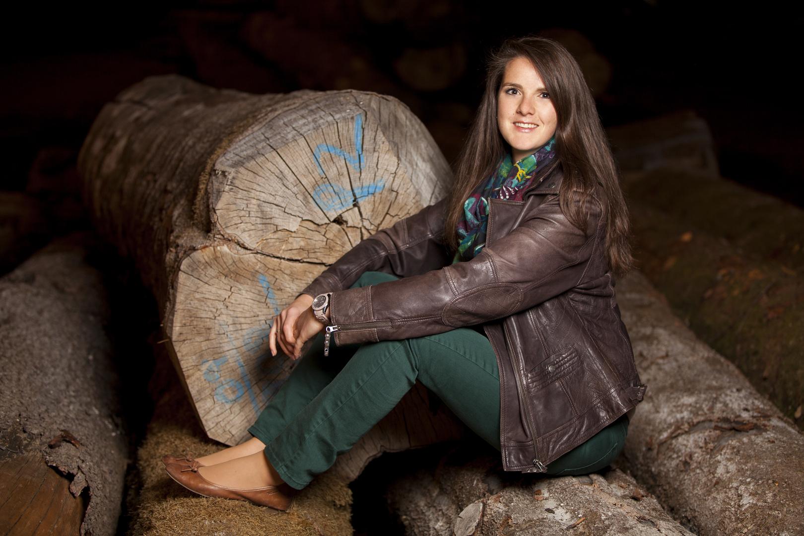 Marina auf den Baumstämmen 2