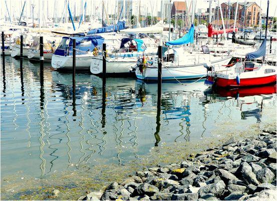 Marina Heiligenhafen  -  Schlangenlinien im Wasser