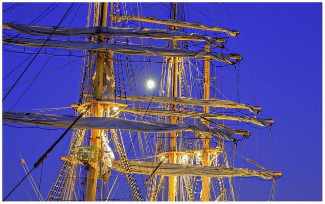 Maritime Impression zur -- blaue Stunde & der Mond schaut zu -- am 4.10.2014 in Bremerhaven
