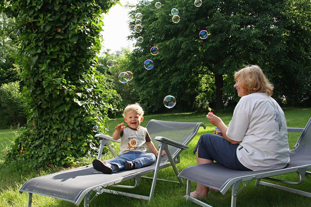 Marius, Oma Heidrun und 19 Seifenblasen