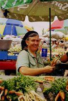 Marktfrau auf einem Markt in Temeschburg (Rumänien)
