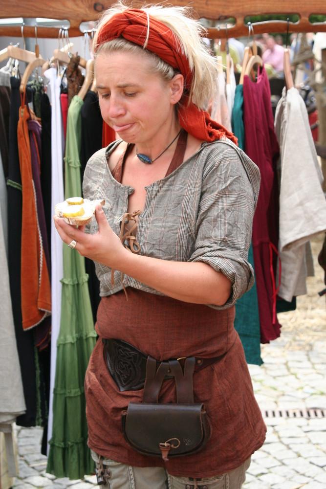 Marktfrau beim schlemmen