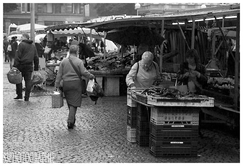 Marktleben trotz Regenwetters