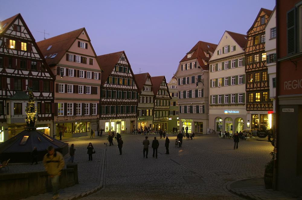 Marktplatz in Tübingen zur blauen Stunde