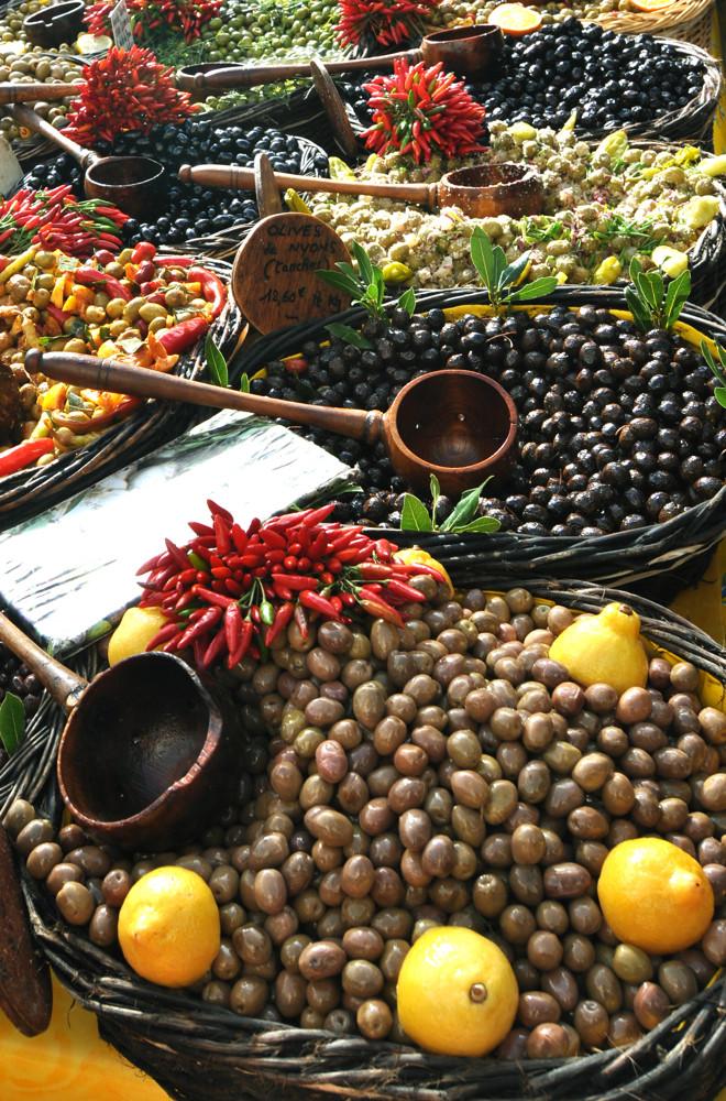 Marktstand mit Oliven