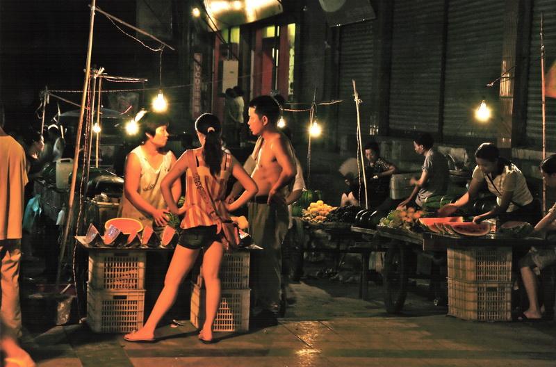 Marktszene bei Nacht in China
