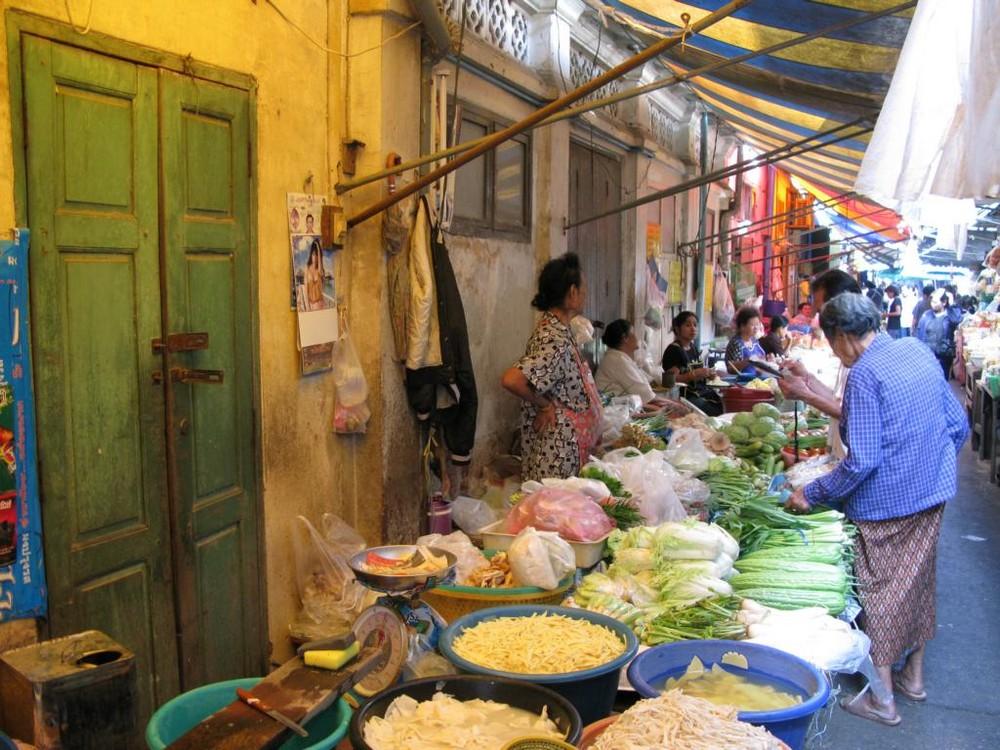 Marktszene in den Gassen von Petchaburi